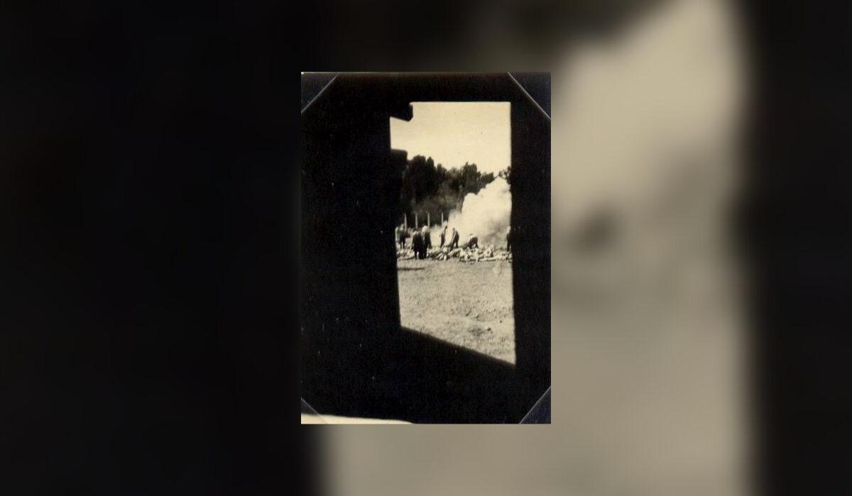 Pierwsze zdjęcie zrobione z wnętrza komory gazowej krematorium V przez Alberto Errerę