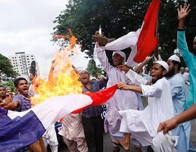 """""""Nie jesteśmy Charlie, tylko Kouachi"""". Na ulicach płoną francuskie flagi"""