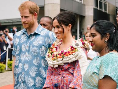 Meghan i Harry z wizytą na Fidżi. Księżna wystąpiła w nietypowej sukience