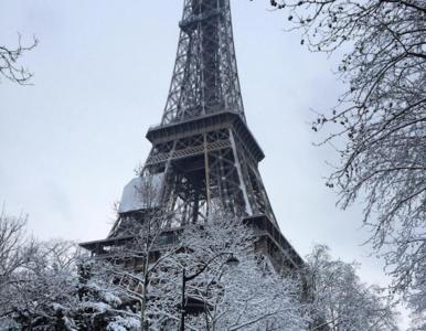 Korek na 700 km, zamknięta wieża Eiffla i odwołane loty. Śnieg...