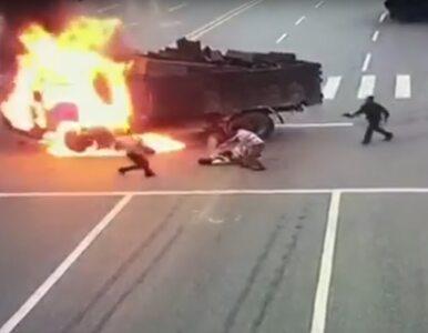 Motocyklista cudem nie spłonął żywcem. Zobacz przerażające nagranie z...