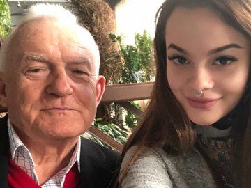 """Leszek Miller pochwalił się wnuczką. """"Ta mniej popularna postać z lewej,..."""