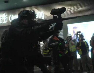 """Hongkong. Policja oznacza protestujących farbą. """"Pozamykać ich wszystkich"""""""