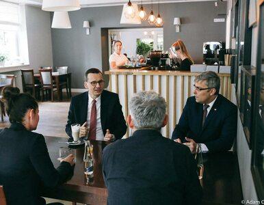 """Premier komentuje swoje zdjęcia z kawiarni. """"Pewne odległości są..."""