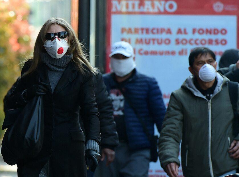 Mieszkańcy Mediolanu w maseczkach