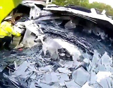 30 ton szkła przysypało rodzinę w samochodzie