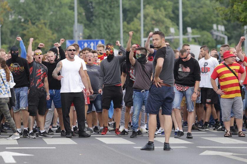 Osoby w koszulkach Jagiellonii blokujące Marsz Równości w Białymstoku