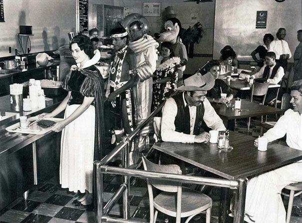 Stołówka dla pracowników Disneylandu, 1961 (fot. boredpanda.com)