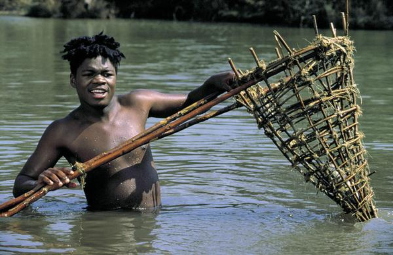 """Mzwandile Ngubeni jako Kali w filmie """"W pustyni i w puszczy"""""""