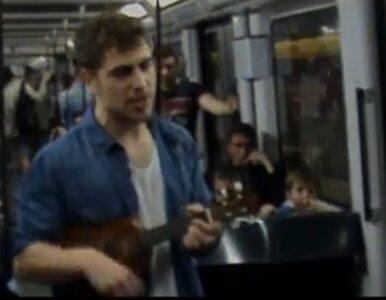 Dziennikarz szuka pracy... w metrze. Wyśpiewuje swoje CV
