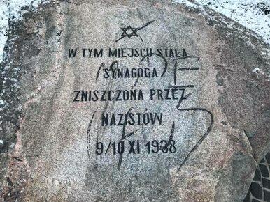 Zdewastowano pomnik upamiętniający synagogę spaloną w czasie Nocy...
