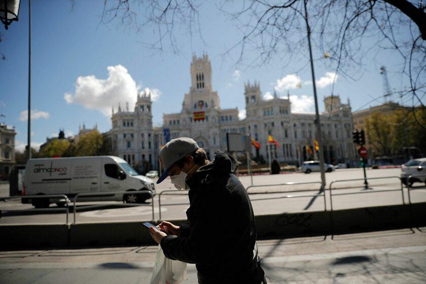 Przechodzeń na ulicy Madrytu