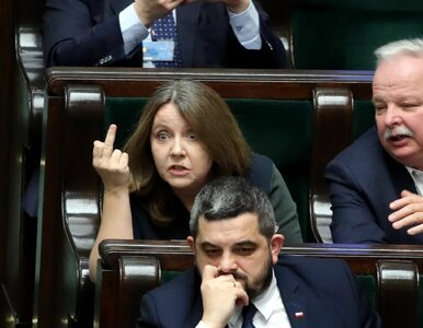 """""""Obsceniczny gest"""" czy """"pocieranie oka""""?  Gest Lichockiej na zdjęciach..."""