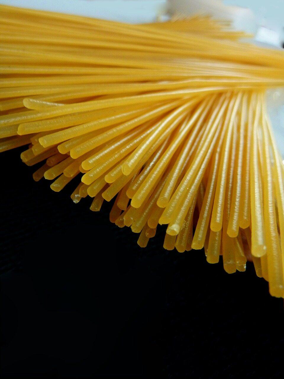 Wymień składniki spaghetti bolognese.
