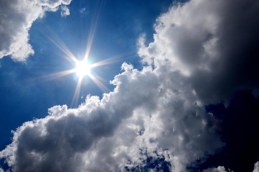 Pogoda, słońce, chmury, zdj. ilustracyjne