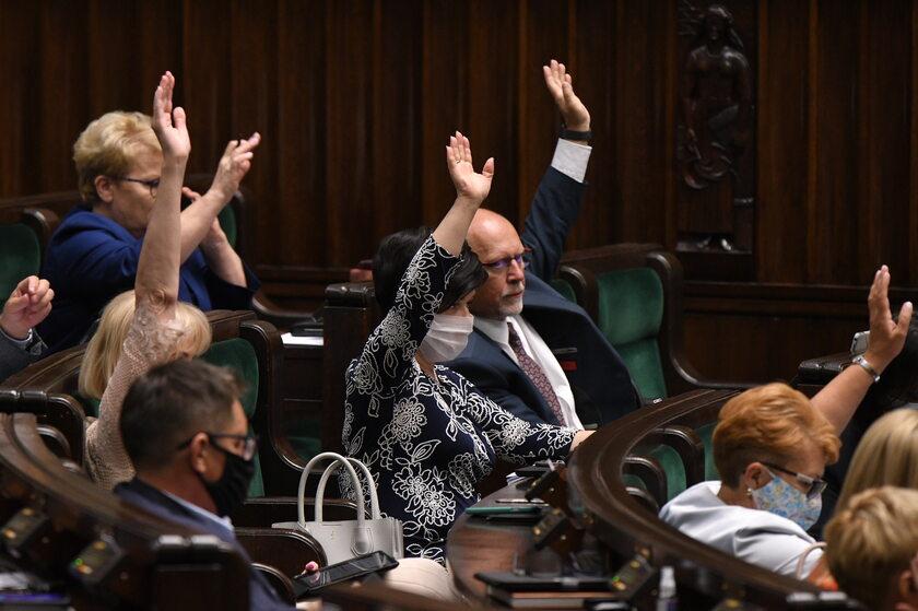 Posłowie podczas głosowania nad nowelizacją ustawy