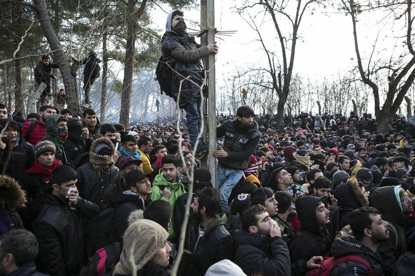 Uchodźcy zebrani przy granicy w tureckim Edirne