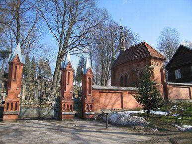 Wilno. Z polskich grobów pozrywano biało-czerwone wstęgi