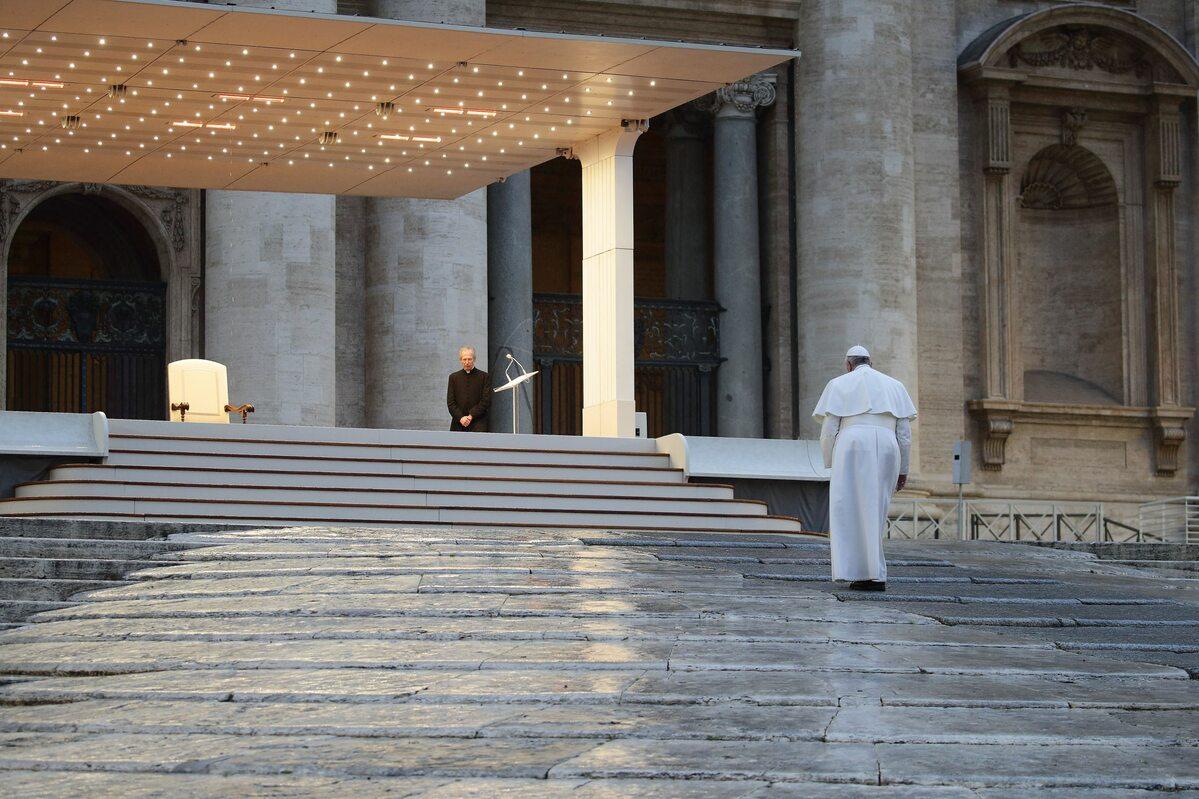 Papież Franciszek na pustym placu św. Piotra
