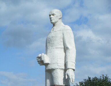 Warszawa: czerwona farba na pomniku generała