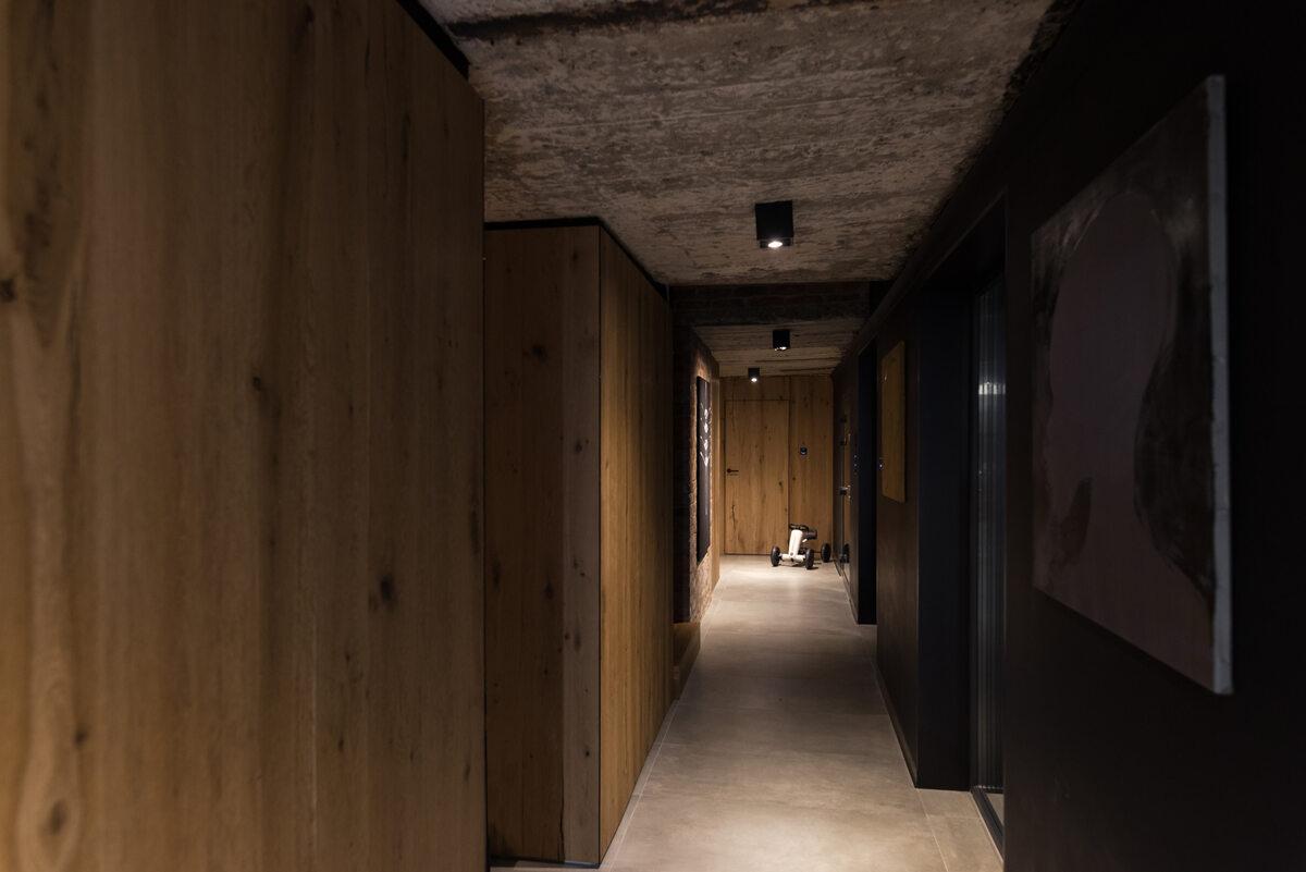 """Ślonsko Chałpa Elewacja została wykonana z drewna i jest """"podziurawiona"""" dużymi, nieregularnymi otwarciami, aby maksymalnie doświetlić wnętrze."""