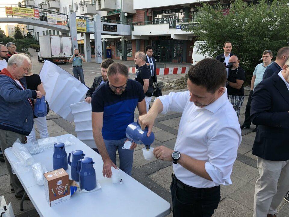 """Rafał Trzaskowski swój """"maraton"""" zaczął od kawy na Ursynowie"""